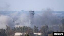 Đài kiểm soát không lưu của sân bay quốc tế Donetsk Sergey Prokofiev chìm trong khói giữa lúc giao tranh giữa phiến quân nổi dậy thân Nga và chính phủ Ukraine diễn ra ở Donetsk, miền đông Ukraine, 3/10/2014.