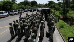 墨西哥宪兵部队6月5日在边境高速公路集结,准备拦截来自中美洲的移民大军,阻止他们前来美国。
