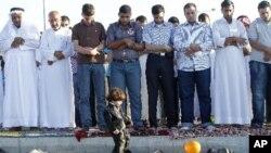 星期二早上﹐居住在約旦的敘利亞人在齋月結束的第一天在駐阿曼的敘利亞大使館外面祈禱