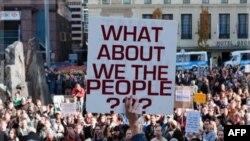 Người biểu tình tìm cách thu hút công luận chú ý tới điều mà họ gọi là lòng tham của các đại công ty và tình hình kinh tế bất bình đẳng