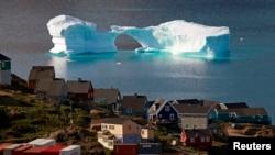 ផ្ទាំងទឹកកកអណ្តែតនៅក្បែរកំពង់ផែនៅក្នុងក្រុង Kulusuk ភាគខាងកើតនៃប្រទេសហ្គ្រីនឡេន (Greenland) កាលពីថ្ងៃទី១ ខែសីហា ឆ្នា២០០៩។