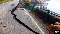 Một xa lộ nối Lyttelton với Sumner bị thiệt hại trong trận động đất hôm thứ Ba vừa qua ở Christchurch, New Zealand.