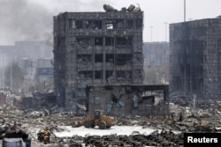 天津滨海新区爆炸现场附近的楼房和汽车(2015年8月13日)