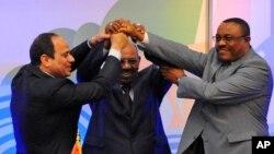 Dari kiri: Presiden Mesir Abdel-Fattah el-Sissi, Presiden Sudan Omar al-Bashir, dan PM Ethiopia Hailemariam Desalegn berjabat tangan setelah penandatanganan kesepakatan soal pembagian air Sungai Nil di Khartoum, Sudan (23/3).