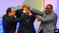 Sudanese President Omar al-Bashir, (c), Egyptian President Abdel-Fattah el-Sissi, (l), and Ethiopian Prime Minister Hailemariam Desalegn, (r), hold hands after signing an agreement on sharing water from the Nile River, in Khartoum, Sudan, March 23, 2015.