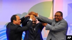 FILE - Sudanese President Omar al-Bashir, (c), Egyptian President Abdel-Fattah el-Sissi, (l), and Ethiopian Prime Minister Hailemariam Desalegn, (r), hold hands after signing an agreement on sharing water from the Nile River, in Khartoum, Sudan, March 23, 2015.