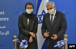 Menteri Kebudayaan dan Pengembangan Pengetahuan UEA Noura al-Kaabi (kiri) dan Menlu Israel Yair Lapid di Abu Dhabi, UAE, 29 Juni 2021. (AFP)