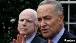 Los senadores McCain y Schumer expresaron su optimismo en lograr establecer negociaciones con la Cámara de Representantes.
