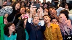 Ngoại trưởng Mỹ John Kerry chụp hình với một nhóm sinh viên trước khi đọc bài phát biểu về vấn đề biến đổi khí hậu tại Jakarta, Indonesia, ngày 16/2/2014.