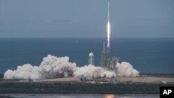 Peluncuran pesawat kargo antariksa Dragon ini ke stasiun antariksa internasional (ISS) dari Kennedy Space Center di Cape Canaveral, Florida 3 Juni lalu (foto: dok).