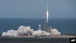 Foto dari NASA, menunjukkan roket SpaceX Falcon 9, dengan pesawat antariksa Dragon, meluncur dai landasan 39A di Kennedy Space Center, Cape Canaveral, Florida, 3 Juni 2017.