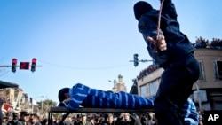 اجرای مجازات شلاق یک مرد محکوم در شهر سبزوار ایران - ۲۰۱۳