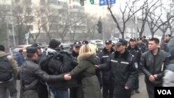 Phóng viên nước ngoài bị cảnh sát Trung Quốc xô đẩy trước tòa án ở Bắc Kinh, ngày 14/12/2015 (Ảnh do phóng viên VOA Bill Ide chụp)..
