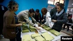 Dépouillage des bulletins dans un centre de vote d' Istanbul, en Turquie, le 1er novembre 2015. (REUTERS/Osman Orsal)