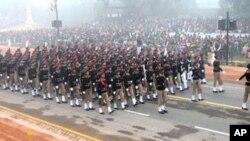 نئی دہلی میں بھارت کے یومِ جمہوریہ کے موقعے پر ایک دستہ مارچ کر رہا ہے