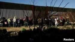 Một hàng rào biên giới giữa Mexico và Mỹ