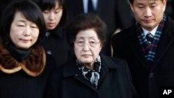 지난 2011년 12월 한국 파주시 남북출입사무소를 거쳐 북한으로 들어가는 이희호 여사. (자료사진)