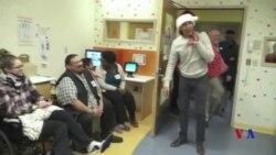 奧巴馬變身聖誕老人 看望生病兒童