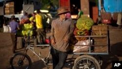 Un hombre revende en las afueras de La Habana vegetales que compró en un mercado campesino.