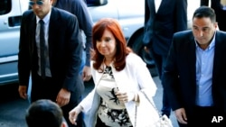 A ocho días de su regreso al poder como vicepresidenta de Argentina, Cristina Fernández de Kirchner se defendió enfáticamente y en ocasiones a gritos ante los tres jueces del Tribunal Oral Federal.