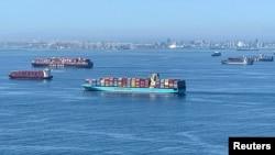Buques de contenedores esperan para descargar frente a los puertos de Los Ángeles y Long Beach, en California, EE. UU., el 1 de octubre de 2021.