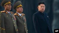Глава КНДР Ким Чен Ын (крайний справа)
