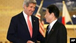 جان کری، وزیر امور خارجه آمریکا (چپ) و فومیو کیشیدا، وزیر خارجه ژاپن. توکیو- 14 آوریل