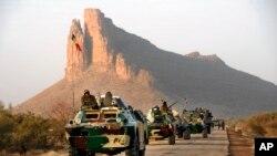 Một đoàn xe của quân đội Mali trên đường đến thành phố Gao, ngày 4/2/2013.