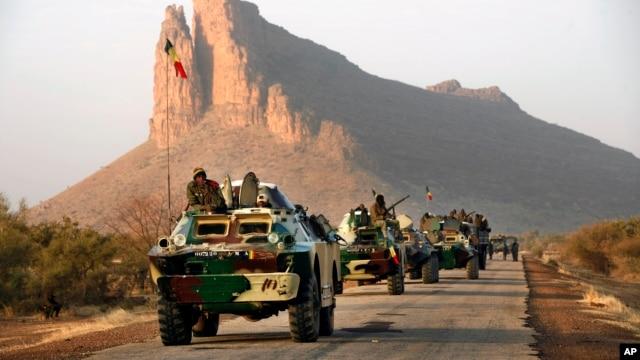 Kwambar sojojin Mali kusa da Hambori, dake kan hanyar Gao a arewacin Mali, ranar Litinin 4 Fabrairu 2013.