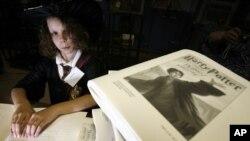Kristin Turgeon (11 tahun) membaca buku Harry Potter dalam huruf braille di Boston, Massachusetts (Foto: dok).