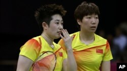 中国羽毛球选手于洋(左)和王晓理7月31日在伦敦奥运会女双比赛中