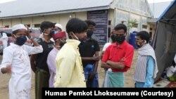Sejumlah laki-laki dari pengungsi etnis Muslim-Rohingya saat berada kamp pengungsian di Gedung BLK Kota Lhokseumawe, Aceh, Kamis, 10 September 2020. (Foto: Courtesy/Humas Pemkot Lhokseumawe)