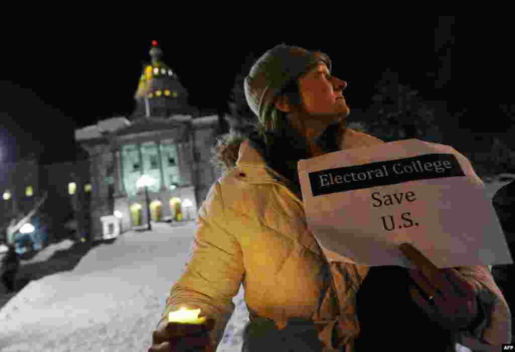 អ្នកស្រី Ruth Fulton អាយុ ៤៤ឆ្នាំ ធ្វើការតវ៉ាប្រឆាំងនឹងប្រធានាធិបតីជាប់ឆ្នោតលោកដូណាល់ ត្រាំ ខាងអគារ Colorado Capitol នៅមុនថ្ងៃបោះឆ្នោត Electoral College ក្នុងក្រុង Denver រដ្ឋ Colorado កាលពីថ្ងៃទី១៨ ខែធ្នូ ឆ្នាំ២០១៦។