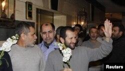 9일 시리아 반군으로부터 석방된 후 다마스쿠스의 호텔에 도착한 이란인들.