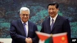 中国国家主席习近平(右)2013年5月6日在北京人民大会堂的一次签字仪式中同巴勒斯坦领导人阿巴斯(左)握手