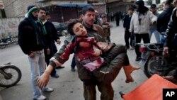지난 3월 시리아 북부 이들리브에서 주민들이 정부군과 반군의 교전 중 다친 어린이를 옮기고 있다. (자료사진)