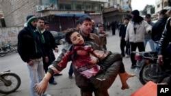 ဆီးရီးယား အစိုးရတပ္နဲ႔ သူပုန္တပ္ၾကား ပစ္ခတ္မႈအတြင္း ဒဏ္ရာရသူတစ္ဦးကို အေရးေပၚ ကယ္တင္လာၾကစဥ္။