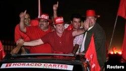 Horacio Cartes del partido Colorado agradece a sus partidarios durante la campaña en que Paraguay elegirá nuevo presidente.