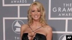 """藝名""""風暴女丹尼爾斯""""(Stormy Daniels)、從事色情表演的女星史蒂芬妮·克利福德2007年2月11日出席在洛杉磯舉行的第49界格萊美頒獎典禮"""