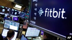 New York Stock Exchange တြင္ ျမင္ေတြ႔ရသည့္ FItbit Logo ႏွင့္ေၾကာ္ျငာပုိ႔စ္။ (ေအာက္တုိဘာ ၂၈၊ ၂၀၁၉)