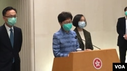 香港特首林郑月娥(左二)在周二的记者会上,没有否认一份递交给中央的报告存在。(美国之音王四维拍摄)