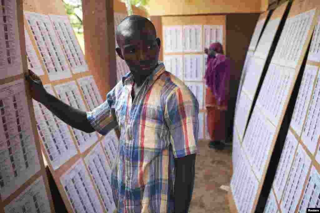 Un électeur cherchant son nom sur une liste affichée dans un bureau de vote de Bamako