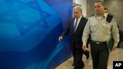 Israel's Prime Minister Benjamin Netanyahu, left, arrives for the weekly cabinet meeting in Jerusalem, Feb. 15, 2015.