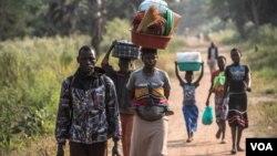 Pengungsi Sudan Selatan memasuki kota Aba, di Republik Demokratik Kongo.