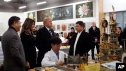 美国的唐纳德·川普总统和第一夫人梅拉尼亚,中国主席习近平在北京紫禁城参观了故宫文物医院(2017年11月8日)。