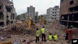 방글라데시 사바의 의류공장 붕괴사고 현장에서 10일에도 수색작업이 계속 진행됐다.