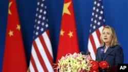 AQSh Davlat kotibasi Xillari Klinton yillik AQSh-Xitoy Strategik va iqtisodiy muloqotining ochilishida so'zlamoqda, Pekin 3-may, 2012-yil