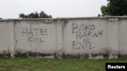 """Des graffitis sur le mur d'une rue de Bama, dans l'État de Borno au Nigeria décrivent Boko Haram comme d'un """"diable"""", le 31 août 2016."""