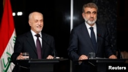 Iraq's Deputy Prime Minister for Energy Hussain al-Shahristani (L) speaks during a joint news conference with Turkey's Energy Minister Taner Yildiz in Baghdad, Dec. 1, 2013.