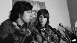 Sau khi trở về Việt Nam, bà Jane Fonda bị trỉ chích vì chuyến thăm tới Việt Nam và hình ảnh bên pháo cao xạ Bắc Việt Nam.